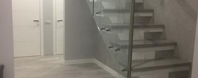 Бетонная лестница на центральном косоуре в ЖК София
