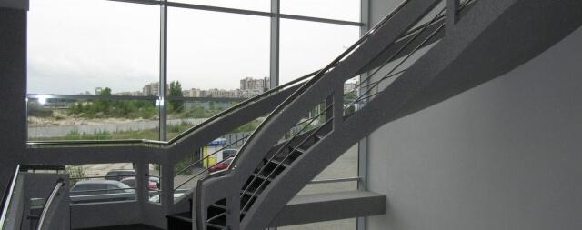 lestnitsa-v-ofise-kompanii-12