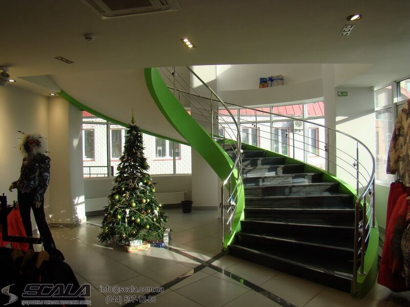 Монолитная лестница в магазине туризма