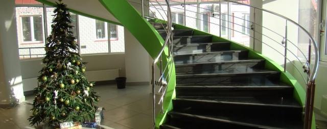 Тетивная лестница в салоне Экстрем стайл