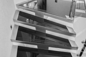Косоурная стеклянная лестница сложной формы