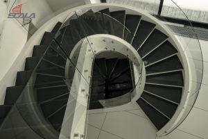Вид сверху: винтовая лестница, переходящая в маршевую