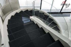 Черные стекляные ступени