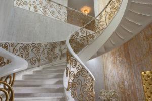 Лестница с мраморными ступенями