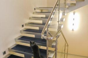 Косоурная лестница со ступенями из синего стекла